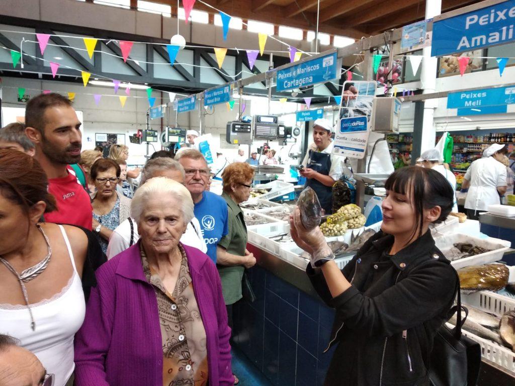 Pescado Artesanal percorre a praza de abastos de Bueu informando o consumidor sobre o produto pesqueiro da Ría de Pontevedra